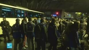السلطات الفرنسية تجلي نحو 1200 مهاجر من مخيم في شمال باريس