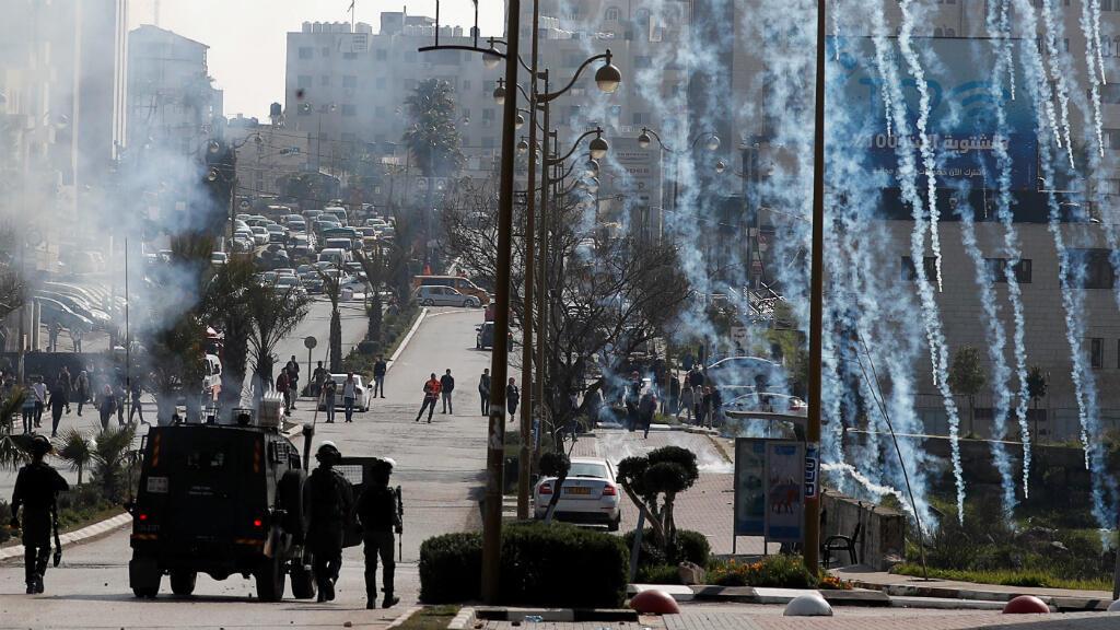 Las fuerzas israelíes disparan gas lacrimógeno contra manifestantes palestinos durante enfrentamientos cerca del asentamiento judío de Beit El, en Cisjordania, territorio ocupado por Israel. 20 de marzo de 2019.