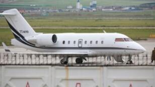 طائرة ركاب يعتقد أنها تابعة لسلاح الجو التركي على مدرج مطار جنكيز خان