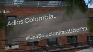 """Una valla publicitaria que dice """"Adiós Colombia...#UnaSoluciónParaUberYa"""" en Bogotá, Colombia, 30 de enero de 2020"""