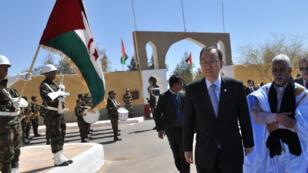 Ban Ki-moon lors de sa visite du camp de réfugiés sahraouis de Smara, près de Tindouf en Algérie.