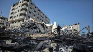 Un palestino inspecciona los restos de un edificio propiedad de la cadena de televisión Al Aqsa, perteneciente al Movimiento Hamás, tras un ataque aéreo israelí en la ciudad de Gaza, franja de Gaza, el 13 de noviembre de 2018.