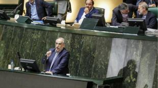 Masud Karbasian (abajo), ministro de Economía y Finanzas de Irán, hablando en el parlamento, en Teherán, el 26 de agosto de 2018, antes de una votación que lo destituyó.