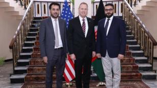 El jefe interino del Pentágono, Patrick Shanahan, en el centro, posa con el ministro de Defensa interino de Afganistán, Asadullah Khalid, (I) y el asesor de seguridad nacional afgano, Hamdullah Mohib, (D) en Kabul, el 11 de febrero de 2019.