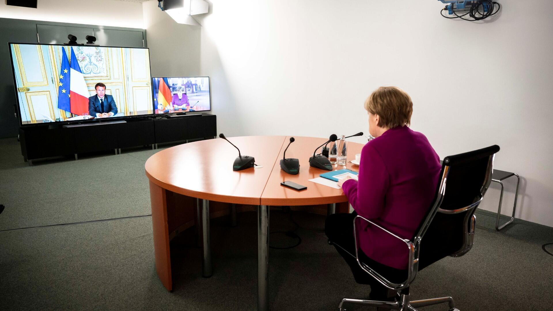 La canciller alemana, Ángela Merkel, habla con el presidente francés, Emmanuel Macron, durante una videoconferencia conjunta en la cancillería en Berlín, Alemania, el 18 de mayo de 2020.