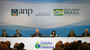 Miembros de la comisión de subastas asisten a la ronda de campos petroleros en altamar, en Río de Janeiro, Brasil, el 6 de noviembre de 2019.