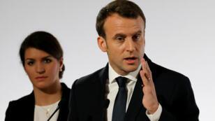El presidente Emmanuel Macron, acompañado por Marlène Schiappa, Secretaria de Estado para la Igualdad de Género, pronunció un discurso sobre las violencias contra las mujeres, en París, el 25 de noviembre del 2017.