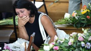 Une femme en deuil devant le cercueil d'une victime, samedi 27 août 2016, à Ascoli Piceno, dans le centre de l'Italie.