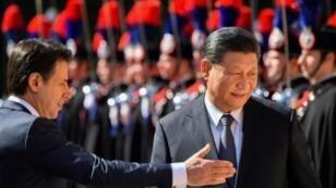 رئيس الحكومة الإيطالية جوزيبي كونتي والرئيس الصيني شي جينبينغ خلال استقبال شي إلى فيلا ماداما في روما في 23 آذار/مارس 2019