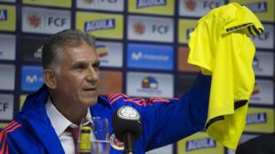 El portugués Carlos Queiroz levanta la camiseta de la selección Colombia de fútbol durante su presentación como nuevo entrenador del equipo. Bogotá, 7 de febrero de 2019.