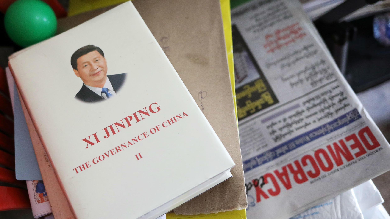 Un libro sobre el presidente chino Xi Jinping que fue dado por la Embajada de China se ve en la oficina de D. Wave Journal, la revista distribuida por la Liga Nacional para el Partido de la Democracia (NLD) en Yangon, Myanmar, el 1 de agosto de 2019.