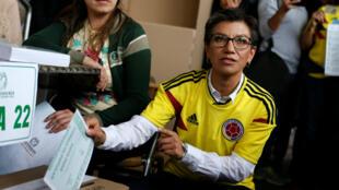 La exsenadora e integrante del Partido Verde, Claudia López, vota en una consulta pupular de siete preguntas sobre medidas contra la corrupción en Bogotá, Colombia, el 26 de agosto de 2018.