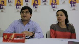 """El abogado Víctor Fernández y Berta Zúñiga Cáceres participaron en una rueda de prensa el 24 de octubre de 2018, en Tegucigalpa (Honduras). El juicio a ocho acusados del asesinato hace más de dos años de la ambientalista hondureña Berta Cáceres es """"una farsa"""" porque el tribunal de sentencia está recusado, por lo que sus actuaciones """"son ilegales"""" y """"deben ser anuladas"""", afirmaron sus familiares y defensas."""