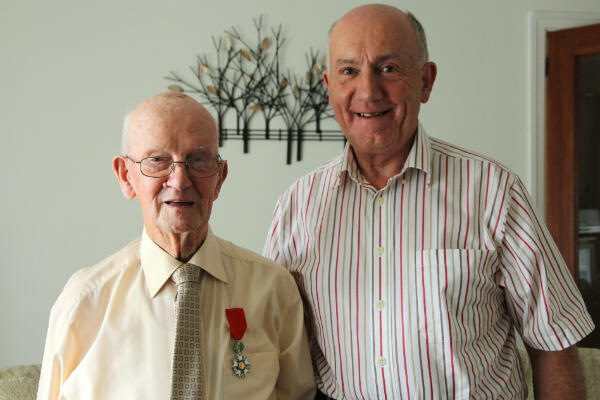 Walter Sharp et sa Légion d'Honneur avec son fils Brian à ses côtés dans leur ville de Falkirk, en Ecosse