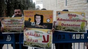 تظاهرة تطالب بإطلاق سراح الصحفي الفلسطيني محمد القيق، في القدس في 27 كانون الثاني/يناير 2016