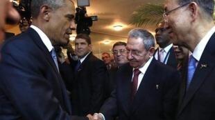 Barack Obama et Raul Castro se sont rapidement salués, avant l'ouverture du Sommet des Amériques, le 10 avril  2015.