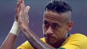 النجم البرازيلي نيمار الذي قد يصبح أغلى لاعب في العالم إذا تمت صفقة انتقاله إلى باريس سان جرمان مقابل 222 مليون يورو