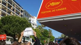Toute la journée, des dizaines de passionnés de cinéma tentent d'obtenir des invitations pour le Festival de Cannes.