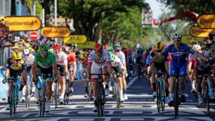 Elia Viviani (derecha) aprovechó el espacio dejado por la dinámica para rematar con fuerza sobre la meta en la cuarta etapa disputada el 9 de julio de 2019.
