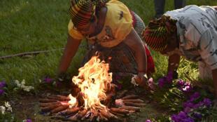 Miembros del pueblo indígena Nahuat Pipil participan en una ceremonia para conmemorar el Día Internacional de los Pueblos Indígenas en El Llanito, en Izalco, a 70 km al oeste de San Salvador el 9 de agosto de 2018.