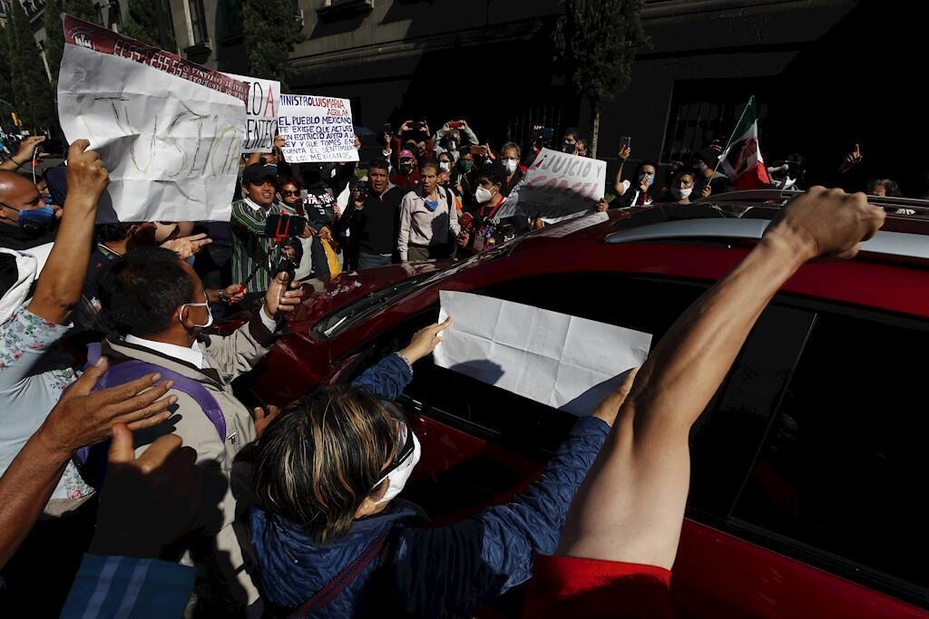 Simpatizantes del presidente Andrés Manuel López Obrador manifestándose a las afueras de la Suprema Corte de Justicia de la Nación (SCJN), en Ciudad de México (México).