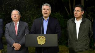 Fotografía cedida por la Presidencia de Colombia que muestra al mandatario Iván Duque, acompañado por el ministro de Defensa, Guillermo Botero, y el fiscal general de la Nación, Nestor Humberto Martínez, mientras realiza declaraciones, en Medellín, Colombia.
