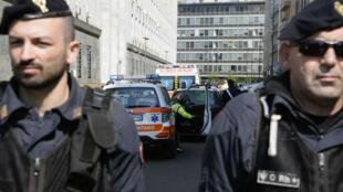 Des policiers montent la garde près du tribunal de Milan où un homme a ouvert le feu, le 9 avril.