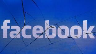 Imagen de archivo que muestra el logotipo de Facebook en la pantalla rota de un teléfono móvil. 16 de mayo de 2018.