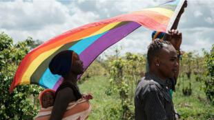 Refugiados ugandeses en Kenya llevan la bandera de la comunidad LGBTI. Archivo.