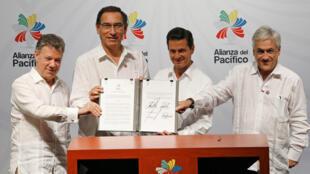El presidente de Colombia, Juan Manuel Santos, el presidente de Perú Martín Vizcarra, el presidente de México Enrique Peña Nieto y el presidente de Chile, Sebastián Piñera, con la declaración final en la XIII Cumbre de la Alianza de Pacífico, el 24 de julio de 2018.