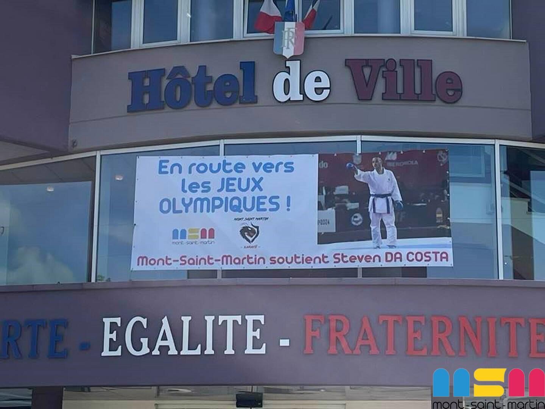 Dans sa ville natale, une photo de Steven Da Costa est affichée sur l'Hôtel de ville.