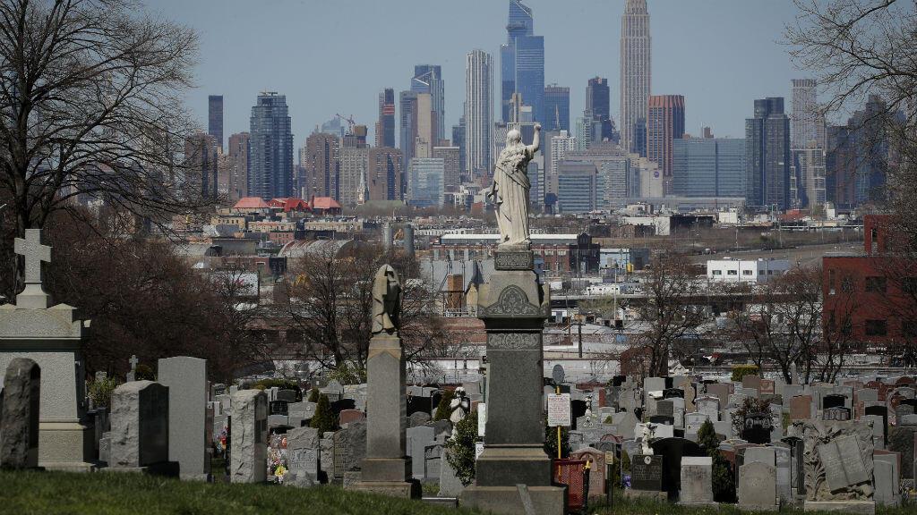 Una vista del horizonte de Manhattan visto desde el cementerio de Linden Hill durante el brote de la enfermedad por el coronavirus Covid-19 en el distrito de Brooklyn de la ciudad de Nueva York, Nueva York, EE. UU., el 6 de abril de 2020.