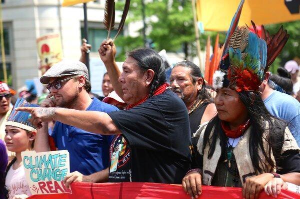 Tom Goldtooth, président de l'Indigenous Environmental Network, une association en première ligne du combat contre l'oléoduc Dakota Access. À sa gauche, presque incognito, l'acteur Leonardo DiCaprio, fervent défenseur de l'environnement.