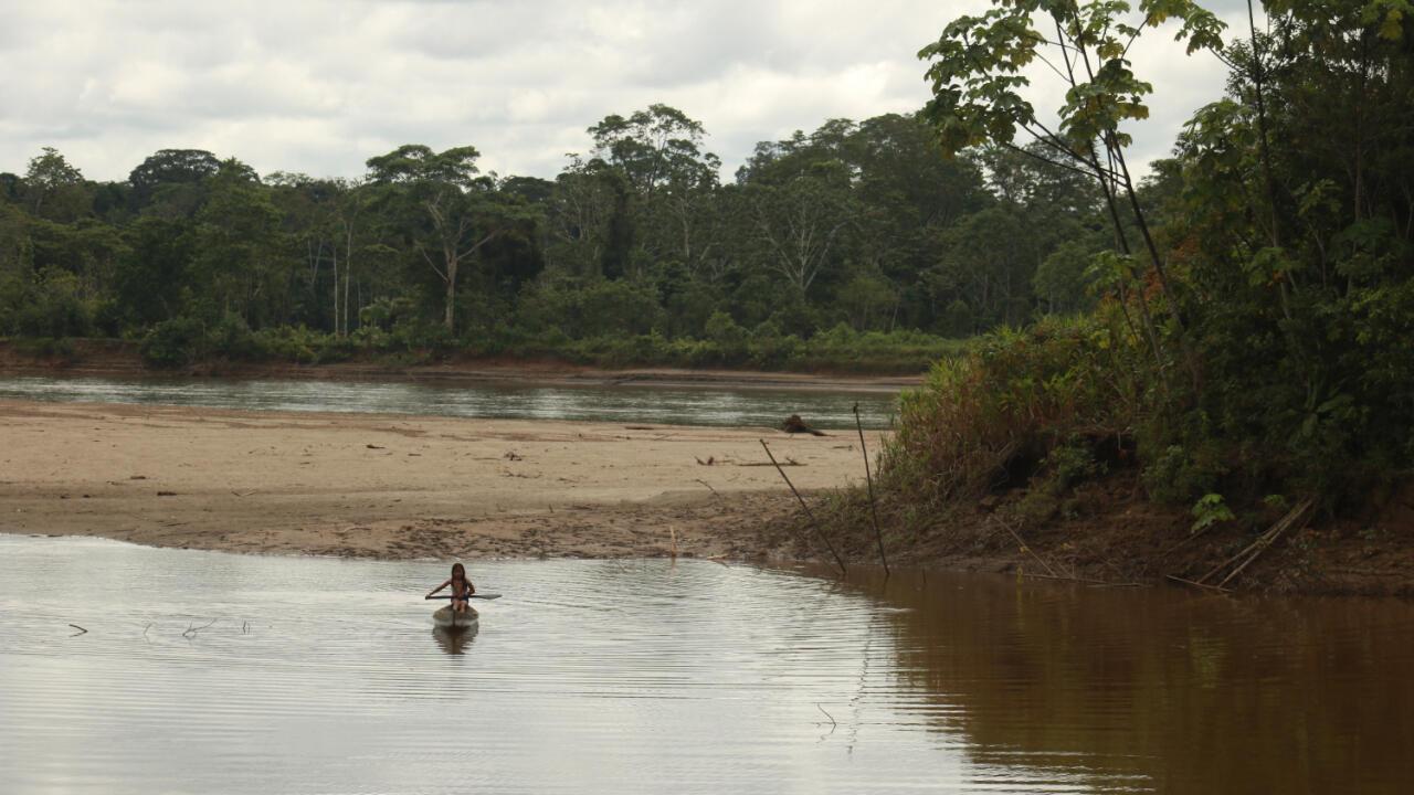 La mayoría de estos indígenas viven a las orillas del río Putumayo y de sus aguas, o de las de sus afluentes, toman lo que necesitan para vivir. El Putumayo es, además, su principal medio de transporte. Pero en los últimos meses el tránsito por el río ha estado prohibido desde las 6 de la tarde hasta las 6 de la mañana, es una norma tácita que nadie sabe bien de dónde viene, pero que prefieren acatar.