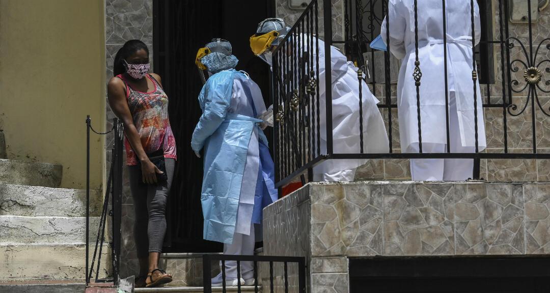 Trabajadores de la salud durante una prueba aleatoria en el barrio de Santa Cruz en Medellín, Colombia, el 14 de junio de 2020 durante la pandemia de Covid-19.