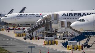 Unos aviones de Air France estacionados en las pistas del aeropuerto de Roissy-Charles de Gaulle, el 24 de marzo de 2020 al norte de París