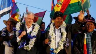 El presidente de Bolivia, Evo Morales, junto al vicepresidente, Álvaro García Linera, asisten a un acto político en El Alto, Bolivia, el 28 de octubre de 2019.