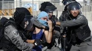 الشرطة الإسرائيلية تعتقل متظاهرا فلسطينيا في مخيم شعفاط في 18 أيلول/سبتمبر 2015
