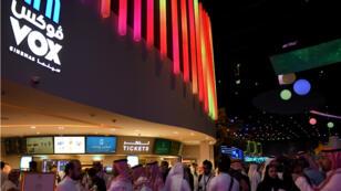 Des Saoudiens se rendent au cinéma à Riyad à l'occasion des premières séances ouvertes au public, le 30 avril 2018.
