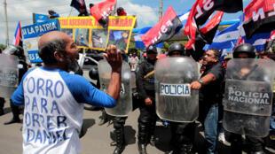 """Un grupo de manifestantes antigubernamentales grita consignas al partidario progubernamental durante una marcha llamada """"Marcha de los globos"""" en Managua, Nicaragua , el 9 de septiembre de 2018."""