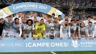 لاعبو ريال مدريد يحتفلون بتتويجهم بلقب الكأس السوبر الإسبانية على حساب برشلونة في 16 آب/أغسطس 2017 في مدريد