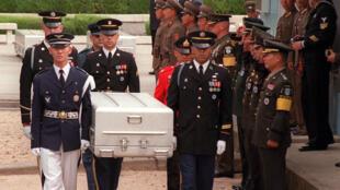 Les gardes d'honneur du Commandement des Nations Unies transportant des cercueils contenant les restes de soldats américains tués lors de la guerre de Corée de 1950-1953, le 14 mai 1999.