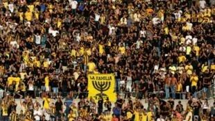 """Le groupe de supporters du Beitar Jérusalem, """"La Familia"""", encourage son équipe lors d'un match de Ligue Europa, le 17 août 2016"""