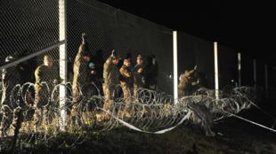 Les forces de l'ordre hongroises ferment la frontière entre la Hongrie et la Croatie, vendredi 16 octobre 2015.