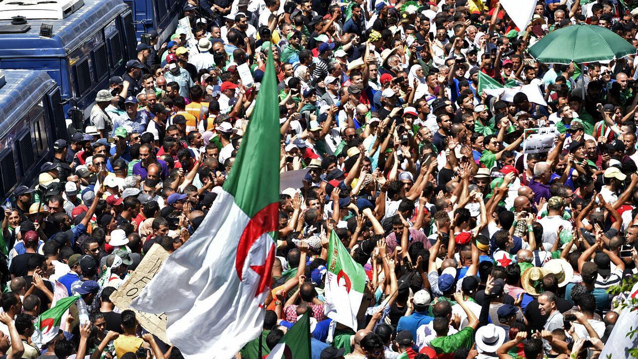 Decenas de miles de argelinos en la manifestación número 21 en las calles de Argel, 12 de julio de 2019