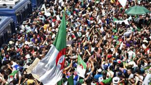 Des dizaines de milliers d'Algériens ont manifesté pour le 21evendredi consécutif dans les rues d'Alger, le 12juillet2019.