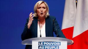 La líder ultraderechista del partido Agrupación Nacional, Marine Le Pen, brinda un discurso durante el lanzamiento de su campaña para las elecciones europeas en París, el 13 de enero de 2019.