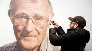 Un visitante del museo IKEA toma una foto de una imagen de Ingvar Kamprad, fundador de la multinacional sueca de muebles IKEA , el 28 de enero de 2018.