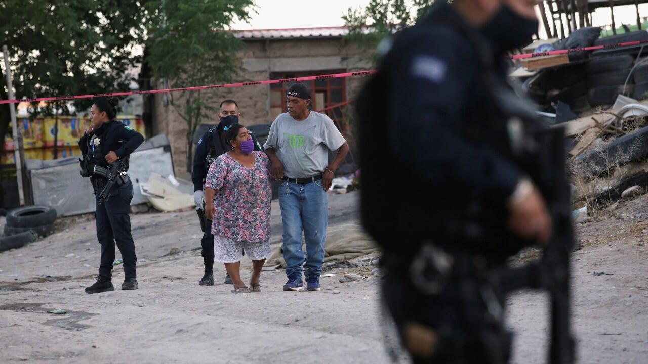 Un oficial de policía cerca del lugar donde seis personas fueron asesinadas a disparos, en Ciudad Juárez, México, el 17 de mayo de 2020.