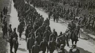 Des prisonniers allemands capturés par les Britanniques arrivent dans un camp, le 9 août 1918 près d'Amiens.